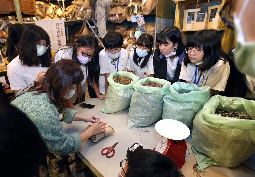 成淵高中學生在姚德和青草號體驗抓藥材、折藥包。(趙雙傑攝)