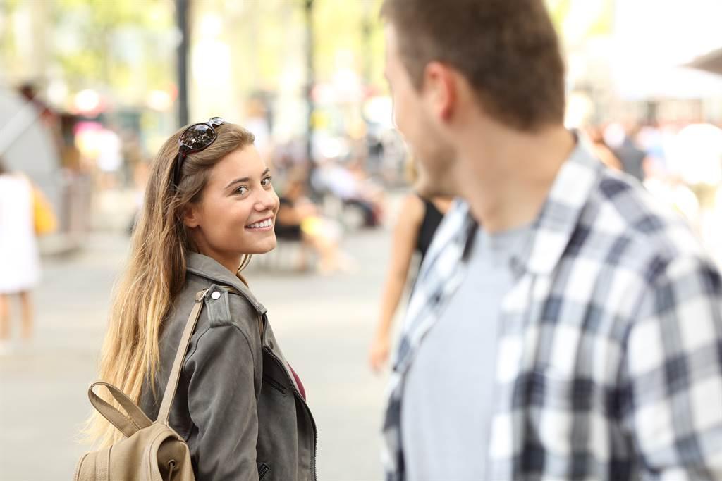 男子遇到陌生女生問「可以幫我買內褲嗎?」他付錢後才知道對方一直用同樣手法要人幫忙付錢。(示意圖/達志影像/Shutterstock提供)