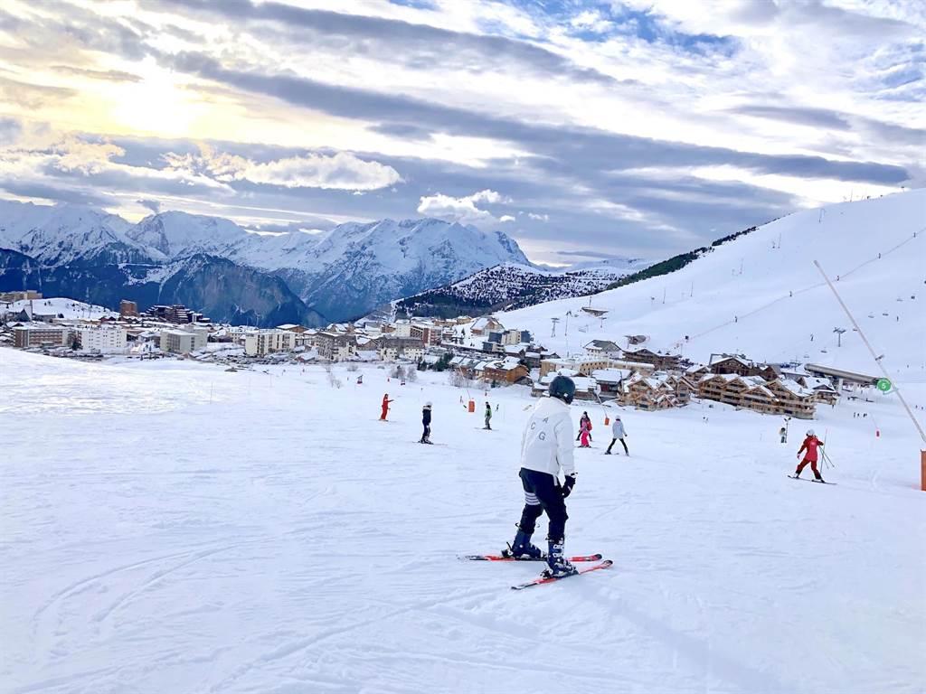 【「Club Med」在全球坐擁多座全包式假期的度假村及滑雪度假村,圖為阿爾卑斯山上「Club Med法國阿普度耶茲」旁的知名雪場。(何書青攝)】