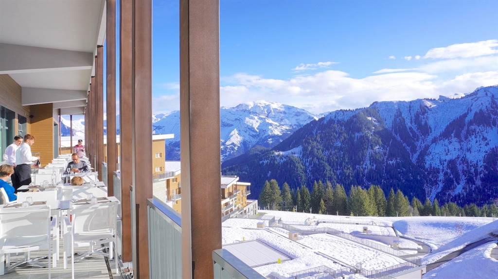為讓旅客玩得更安心,Club Med規劃出多項防疫方針;圖為「Club Med法國薩莫安斯」滑雪度假村。(何書青攝)