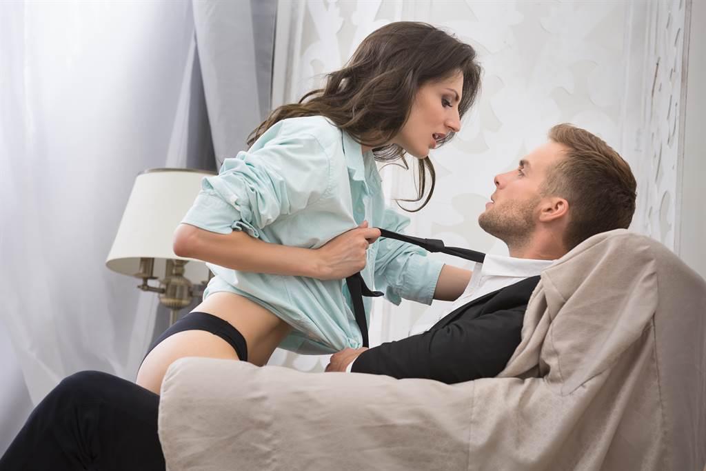 室友與對象發生關係時把椅子用壞,沒想到卻只願意出一半的錢賠償。(示意圖/達志影像/Shutterstock提供)