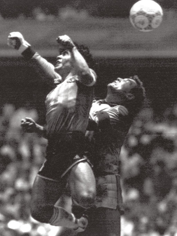 1986墨西哥世足賽8強英阿大戰,馬拉度納(左)在英格蘭門將薛爾頓頭頂,用手將球碰入門內,被稱為「上帝之手」。(美聯社)