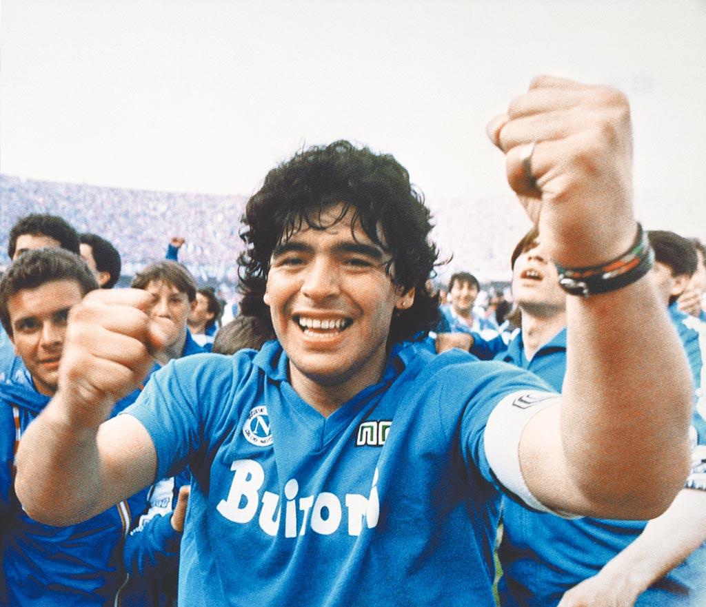 馬拉度納在1987年帶領拿坡里打破北方豪門的壟斷,贏得隊史第一個義甲冠軍。(美聯社)