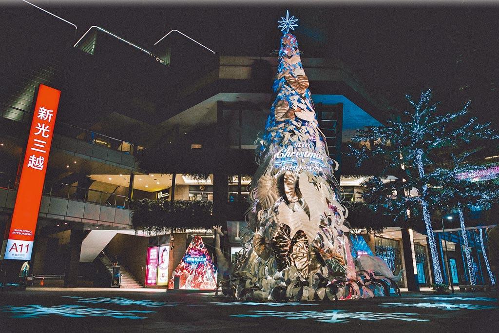 新光三越台北信義新天地以「永續共生」為概念打造「耶誕奇幻之森」,「希望之樹」旁有4米高的長頸鹿、大象等動物,日夜展現不同的夢幻、浪漫景象。(新光三越提供)