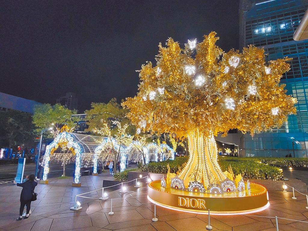 台北101 1F松智大門的「Dior光雕藝術耶誕樹」是必去景點之一。(台北101提供)
