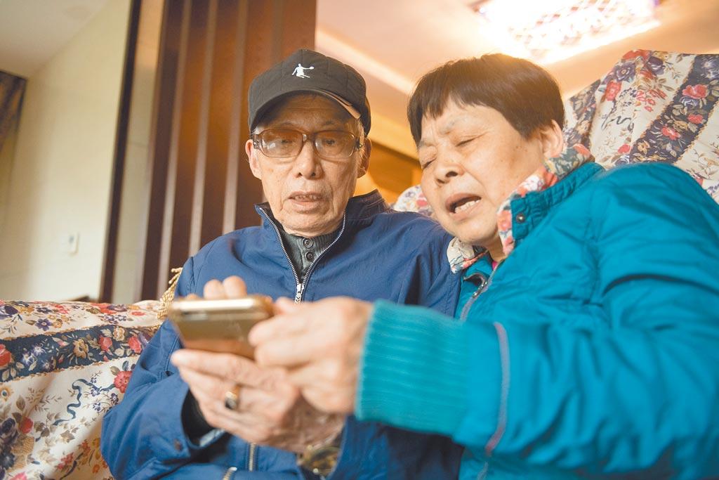 一些地方的消費場所因為拒收現金,對不會使用行動支付的老年人帶來不便。(新華社資料照片)
