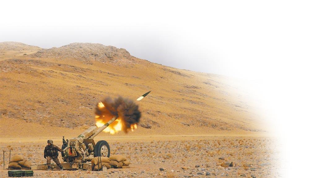 11月,解放軍新疆軍區在高原地區組織砲兵分隊展開實彈射擊訓練。(取自微博@解放軍報)