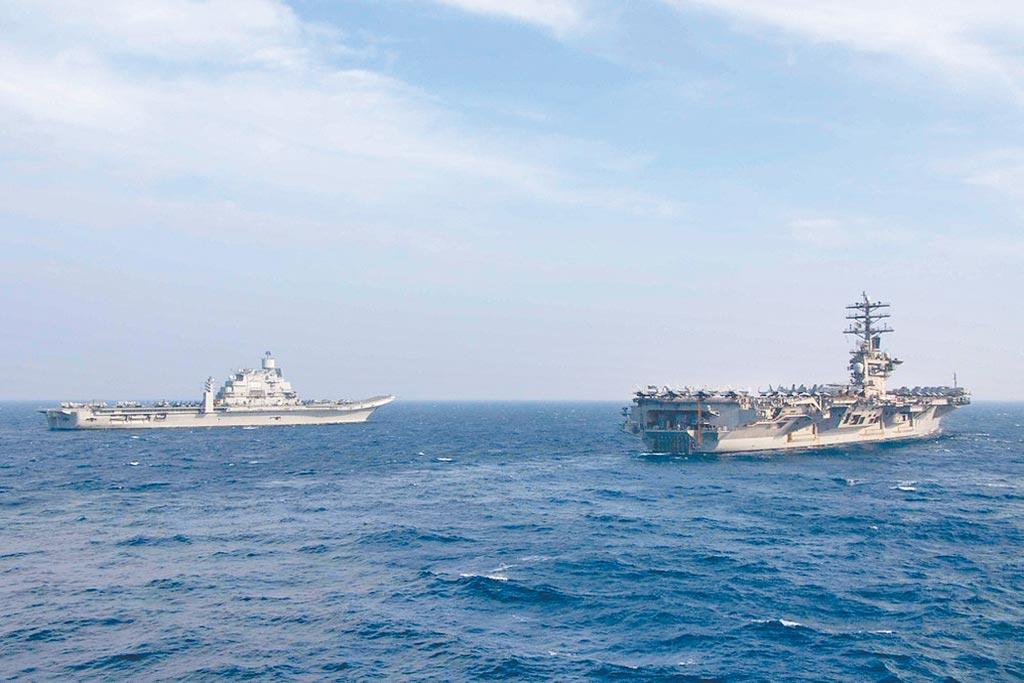 11月17日,美國海軍「尼米茲」號航母(CVN-68,圖右)參加「馬拉巴爾2020」聯合海上演習(Malabar 2020),與印度海軍「超日王」號航母(INS Vikramaditya)共同航行。(取自美國海軍官網)