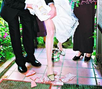 新郎结婚被逼「踩瓦片」超错愕 内行2说法揭用意