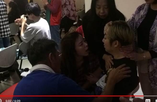 艾成曝光中邪影片,影片中王瞳一脸忧心地陪伴身旁。(取自艾成脸书)