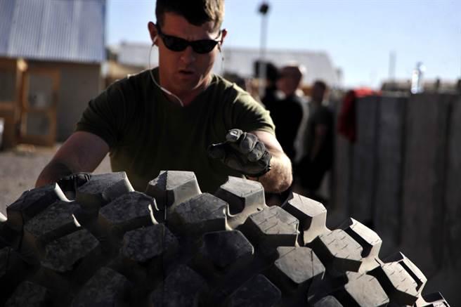 良好的肌力已被證實能降低士兵訓練時的受傷風險。 (圖/DVIDS)