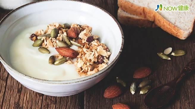 研究證實,早餐多吃全穀類食物,可以降低糖尿病風險。(圖/NOW健康提供)