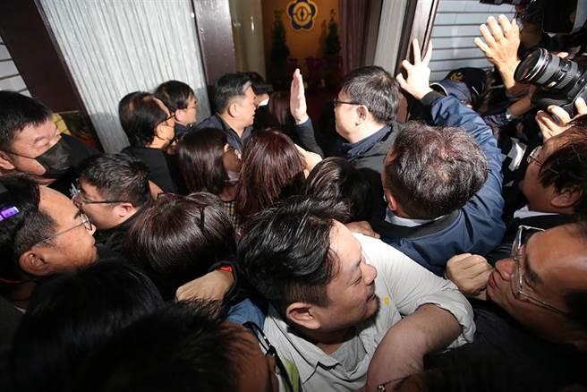 國民黨與民進黨立委搶進議場大門。(姚志平攝)