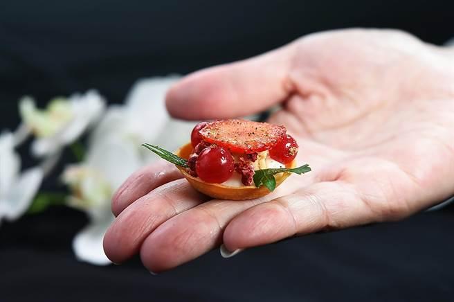 「六手聯烹驚炭宴」的Amuse Buche〈莓果鴨肝塔〉,是〈MIRAWAN〉主廚Josh鄭裕錞設計,法式塔皮中有西西里紅椒味的白醬和鴨肝,上層則有草莓和蔓越莓。(圖/姚舜)
