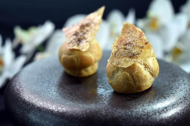 台中〈鳥苑〉主廚Tommy湯仲鴻設計的〈雞皮肝醬泡芙〉,泡芙內以雞肝醬作餡,上層以烤脆的雞皮搭配增加口感。(圖/姚舜)