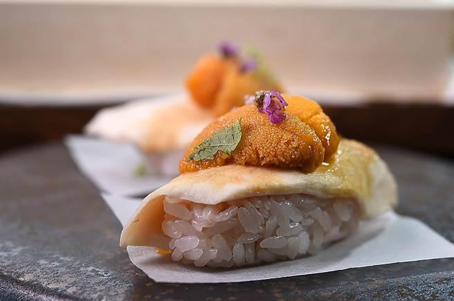 〈鳥苑〉主廚Tommy湯仲鴻設計的這道握壽司,是以Sous-vide後的雲林土雞胸肉以烤雞醬汁提味,搭配北海道海膽,越光米飯則用覆盆子醬汁提味。(圖/姚舜)