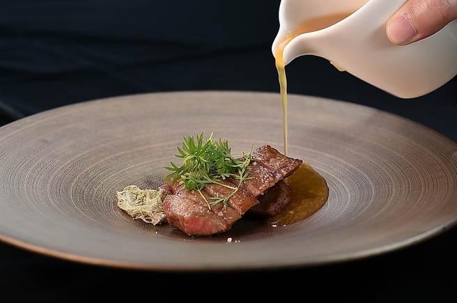 〈俺達的肉屋〉主廚Sam鍾佳憲演繹的〈和隋之珍〉,是以炭烤澳洲和牛厚切牛舌搭配用煮到腴爛的白木耳增加湯質稠的牛肉湯呈現,展現另類的料理思維。(圖/姚舜)
