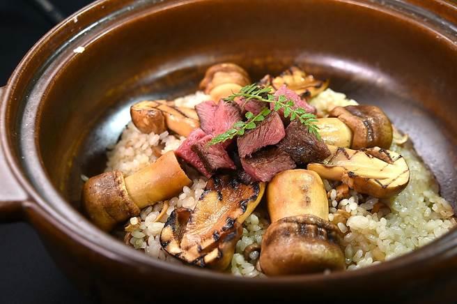 〈俺達的肉屋〉主廚Sam鍾佳憲演繹的〈和茸之炊〉,是以炭烤姬松茸和新村和牛大腿肉側肉,搭配越光米炊飯,傳遞秋天的味道。(圖/姚舜)
