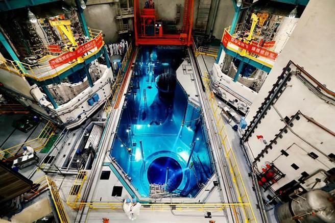 中核华龙一号成功併网发电,中国打破国外核电技术垄断。图为2020年9月10日,首炉装料完成。(摘自澎湃新闻网)