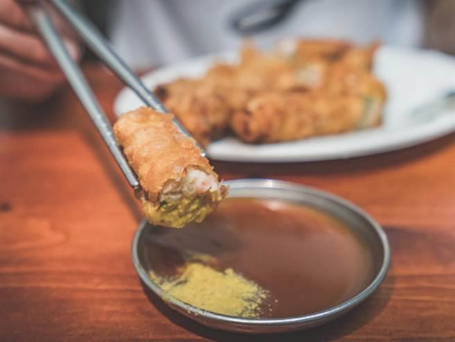 影片中具有重要地位的特色小吃「蝦捲」,更是旅客來到安平必嘗且無法忘懷的好味道。(台南市觀光旅遊局提供/曹婷婷台南傳真)