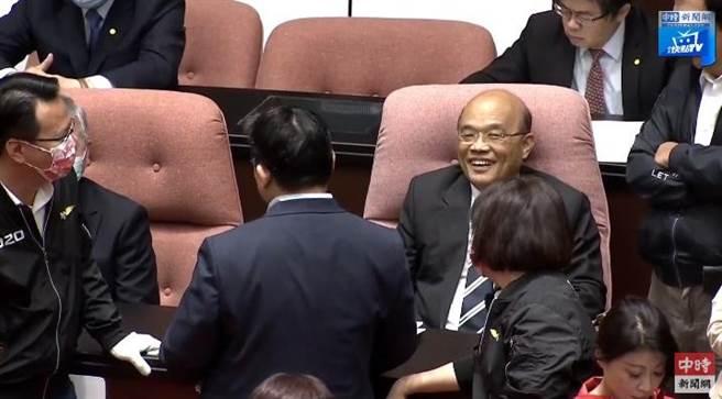 蘇貞昌露出一抹微笑。(摘自中時新聞網)