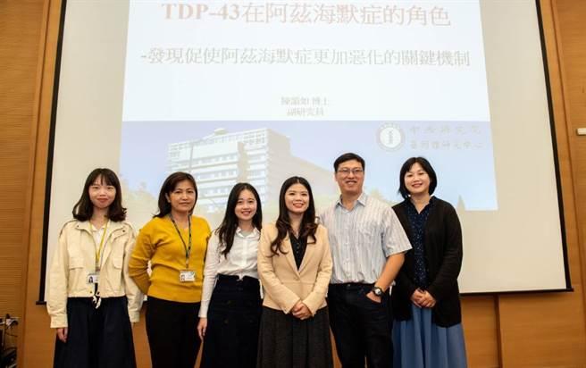 中央研究院基因體研究中心陳韻如副研究員(右3)與研究團隊。(圖/中央研究院提供)