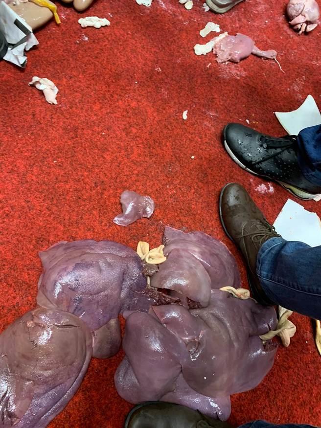 行政院長蘇貞昌完成施政報告,不過立院現場還是非常混亂,眾人也才發現,蘇貞昌稍早上台時,國民黨趁亂丟出的是豬內臟,以表達抗議。(擷取自范雲臉書)