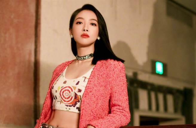 33歲大陸女星宋茜過去以女團f(x)隊長身分在韓國出道。(圖/摘自微博@Fashion明星私服)