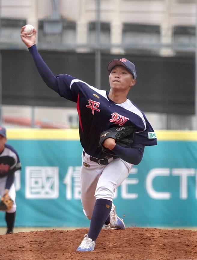 平鎮高中賴延峰在黑豹旗8強賽先發7.2局、失2分拿下勝投。(毛琬婷攝)