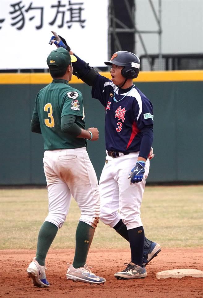 平鎮高中陳佳樂(右)5局再敲帶有1打點的二壘安打。(毛琬婷攝)