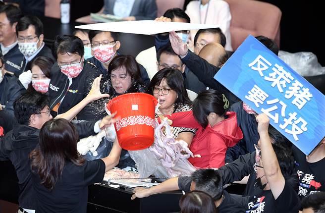 立法院27日院會,行政院長蘇貞昌上台施政報告,國民黨立委丟豬內臟抗議,並要求蘇為萊豬進口下台。(姚志平攝)