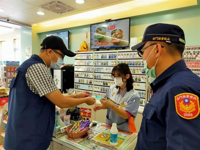 警方製作反詐騙看板及印製宣導小卡片,提供超商提醒顧客注意受騙之一。(警方提供)