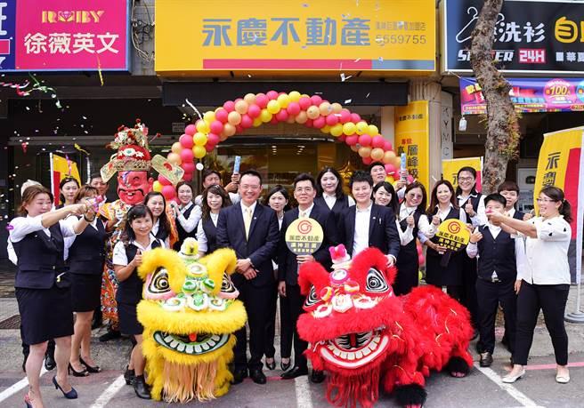 永慶不動產漢神巨蛋華夏加盟店開幕儀式,舞龍舞獅到場增添熱鬧氣氛。(圖/永慶不動產提供)