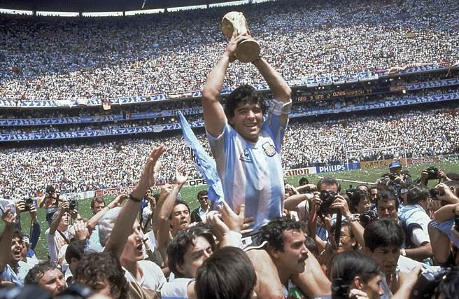 馬拉度納幾乎以一己之力率阿根廷在1986年2度奪得世界盃,8強擊敗英格蘭包辦2球,可能是史上最著名2顆進球。(美聯社資料照片)