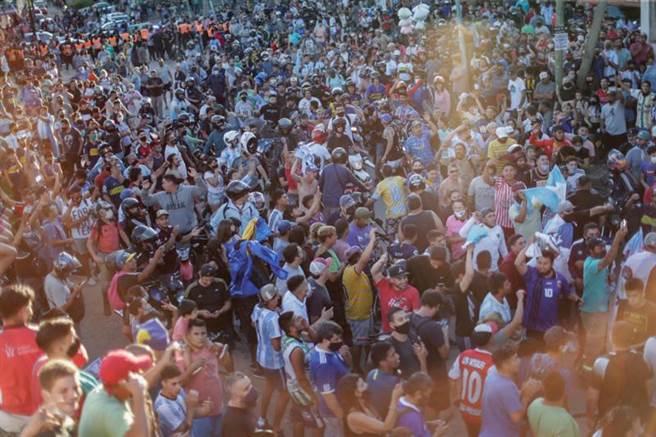 阿根廷首都布宜諾斯艾利斯街頭,約萬名球迷上街頭送馬拉度納最後一程。(路透)