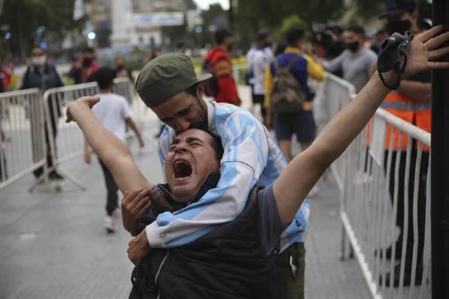 哀慟的阿根廷球迷。(美聯社)
