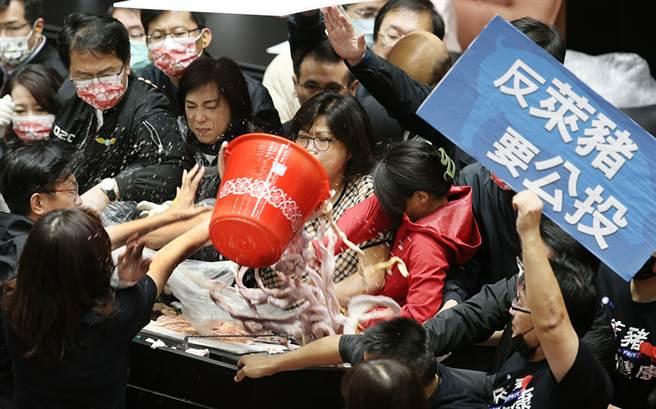 立法院27日院會,行政院長蘇貞昌上台施政報告時,國民黨立委鄭麗文(左下)將整桶豬內臟倒在發言台上。(姚志平攝)
