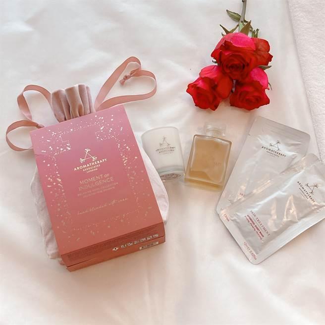 「英倫玫瑰寵愛」含:歡沁玫瑰沐浴油55ml、放鬆香薰蠟燭70g、乳香純露采妍面膜、玫瑰粉嫩軟絨包,是第12款全新沐浴油,搶先於年度禮盒初次登場。(邱映慈攝)
