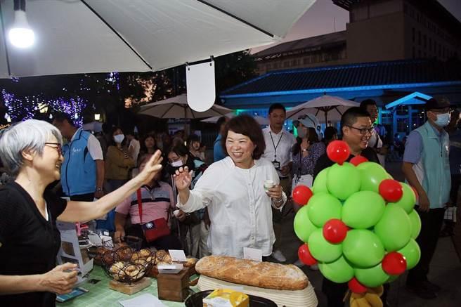 嘉義市長黃敏惠揪大家到北門驛逛市集、看表演,歡度周末假期。(嘉義市政府提供)