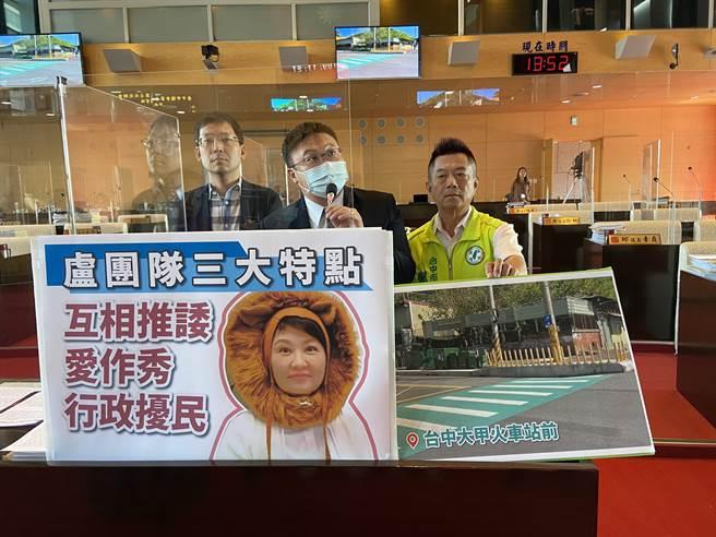 台中市大甲火車站前3公尺人行道設25支防撞桿,網友譏「比香爐插的香還多」。(盧金足攝)