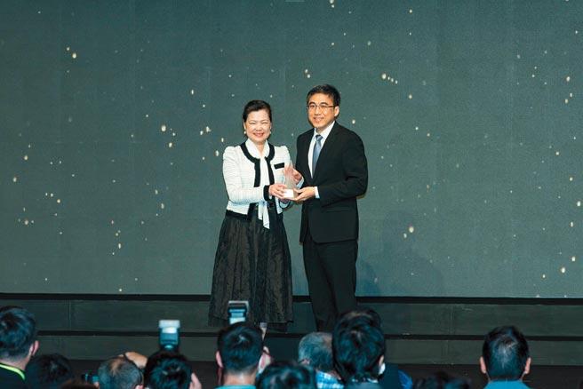上銀科技「i4.0BS智慧型滾珠螺桿」榮獲台灣精品獎銀質獎,由經濟部部長王美花(左)頒獎給上銀科技助理總經理廖克皇(右)。圖/業者提供