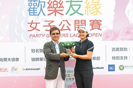 歡樂友緣隊會長楊瑞平親將冠軍獎盃頒給李旻選手。(鍾豐榮攝影)