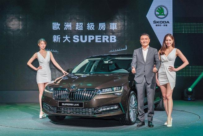 ŠKODA TAIWAN總裁李御林(右2)發表全新旗艦房車SUPERB。12/31前入主免費升級智慧複眼頭燈。圖/業者提供