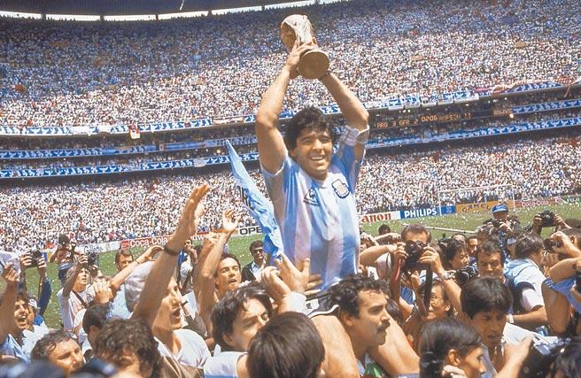 馬拉度納昨在布宜諾斯艾利斯郊區的家中心臟病發過世。圖為1986世足賽,馬拉度納帶領「藍白軍團」舉起大力神盃。(美聯社)
