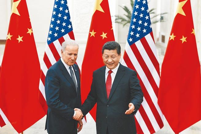大陸領導人習近平(右)2013年在北京接見當時任副總統的拜登(左)。習近平昨天對拜登發出賀電,既顯示高度重視穩定中美關係,又暗含「相敬如冰」。(美聯社)