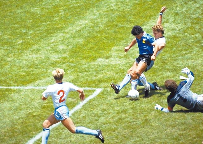 爭議手球後不到5分鐘,馬拉度納就完成獨過6人的精彩進球,2002年更獲選為「世紀最佳進球」。(路透)