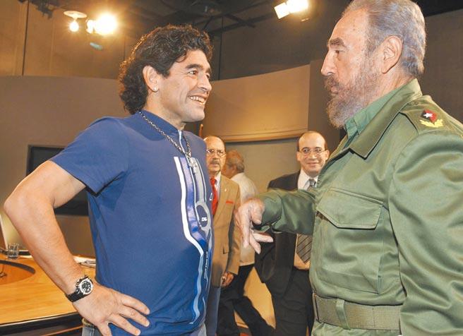 馬拉度納(左)與古巴領導人卡斯楚相交莫逆。(美聯社)