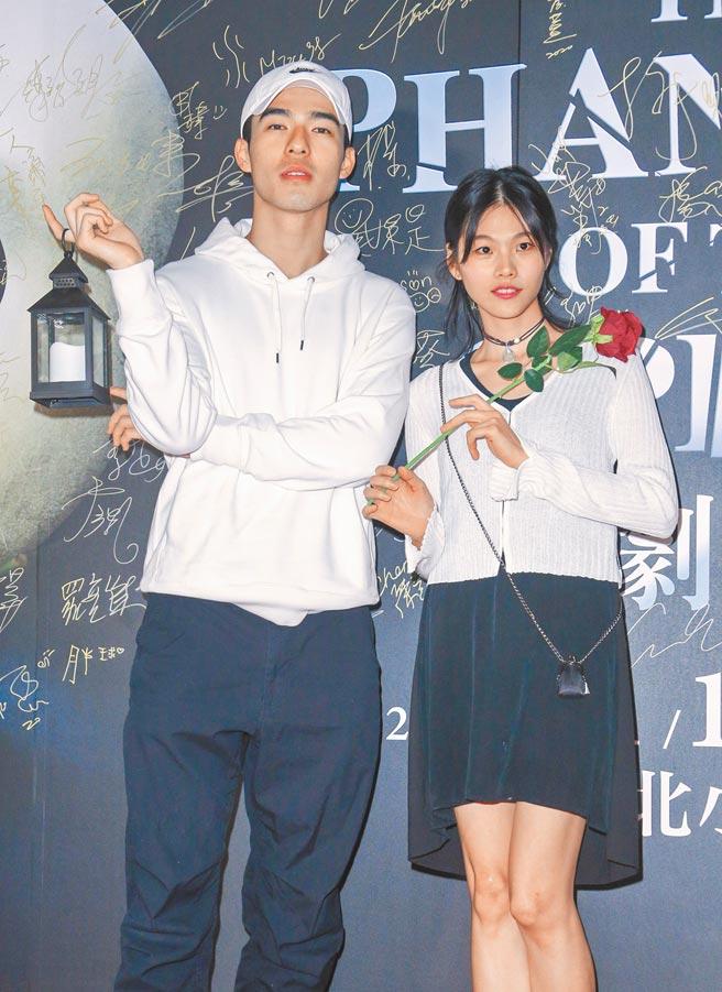 陳昊森(左)昨與同門的柯泯薰一起到場欣賞演出。(吳松翰攝)
