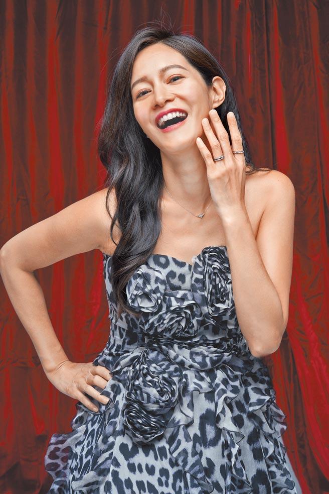 Janet(謝怡芬)挺孕肚宣傳《囍宴機器人》互動式體驗VR新作品,佩戴銀座白石鑽石戒指與項鍊入鏡。(攝影/JOJ PHOTO‧服裝提供/Blumarine)