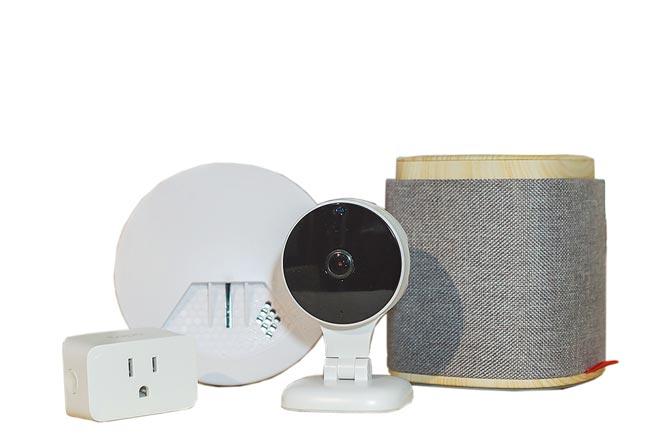 遠傳「1399心5G智慧宅」方案,除享上網吃到飽、網內免費、網外110分鐘外,遠傳智慧音箱、智慧插座(2顆)、居家監控防護簡易組均享0元帶回家。(遠傳提供)